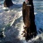 まるで孀婦岩のように海面に突き出た岩の塔の写真は本物なのか