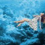 GIFアニメ:水中を漂う女性、土左衛門ではありません!