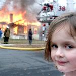 悪魔のような笑みを浮かべる「Disaster Girl」の謎を追う